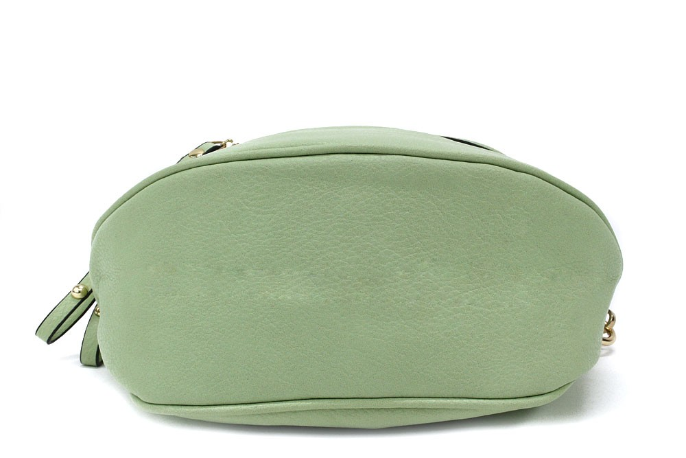 Světle zelená dámská kabelka ledvinka s výrazným kováním Jessamina